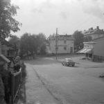 """Pasila. Susannankatu 2 - Hertankatu 18. Vasemmalla oleva rakennus (noin Hertankatu 18) on mahdollisesti ollut lastentarhana, oikealla oleva kauppa (Susannankatu 2) on tunnettu """"Mattilan kauppana"""""""