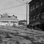 Elannon uusi Pasilan liiketalo, jossa oli sekatavara- ja leipämyymälä. Hertankatu 15 (= Pasilan puistotie, Hertanmäki). Oikealla Hertankatu 13, jossa 1970 lopettanut jalkinekorjaamo.